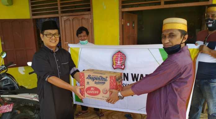 Kerukunan Keluarga Masyarakat Bone Kota Sorong Serahkan Bantuan untuk Masyarakat Terdampak Covid-19