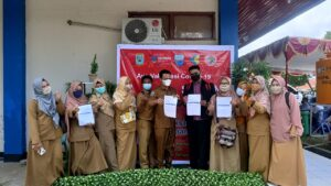 Dewan Guru SMP Yapis Manokwari Sedang Berpose Setelah Divaksin, 22/03/2021