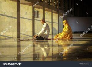Pasangan Beribadah di Majid Istiqlal (www.shutterstock.com)