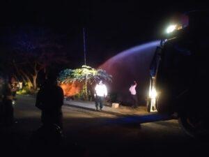 Anggota Kepolisian Memadamkan Pembakaran (Koleksi Sorong Terkini)