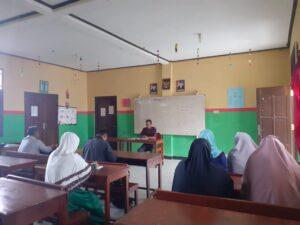 Plt. Ketua STIT Yapis Manokwari, Mumu Mulyana, S.Ag. Sedang Memberikan Arahan Persiapan Pelaksanaan PPL dan KKN Bagi Mahasiswa